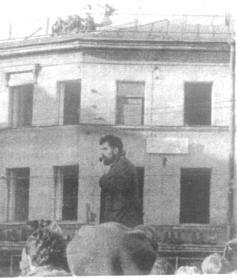 633. Выступает литературовед Л. Дубшан. На доме Дельвига плакат: 'Никто на свете не был мне ближе Дельвига. А.Пушкин'. На крыше дома сидят трубачи, участвующие в представлении
