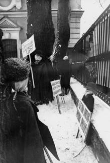 634. Митинг на Владимирской площади («альтернативная сессия Ленсовета»). Чучела ответственных работников перед выносом